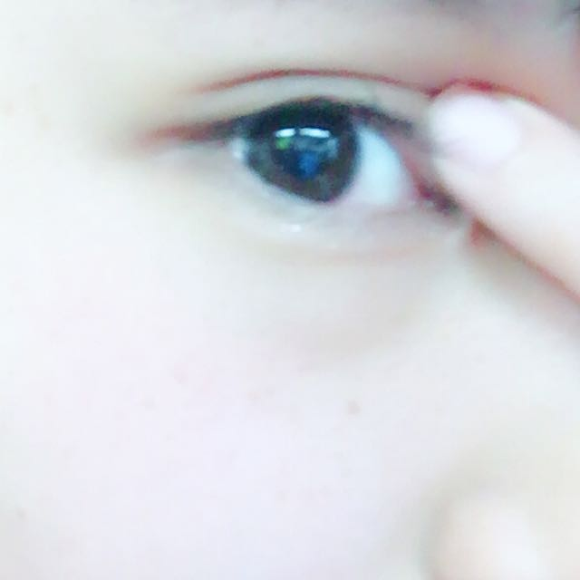 貼ったら目頭をちょっとぎゅっと押します。絆創膏を押さえつける感じです。
