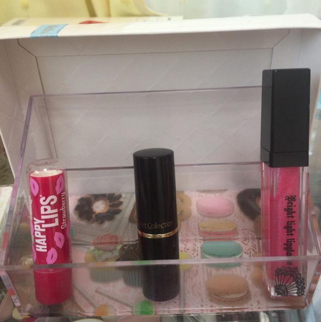 左の保湿リップを塗り、ピンク系の口紅を軽く塗ります。ピンク系のグロスを重ねたら完成ー!