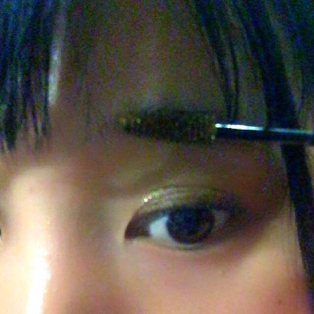 眉マスカラで反対から塗ってから、毛並みの方に塗る。そのあと、少し指でぼかす。 完成です*\(^o^)/*