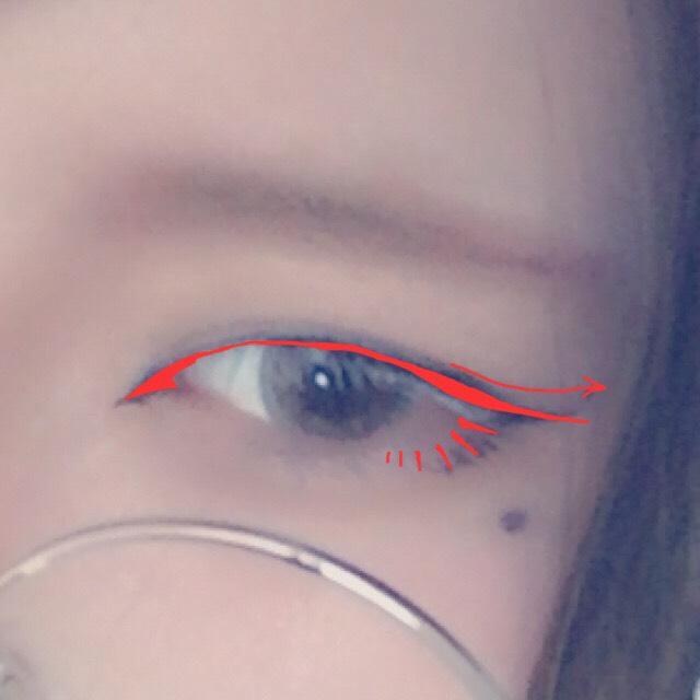 赤い形を意識してアイライン(黒)を大幅に目尻からはみ出して描き、下まつげを細く描く