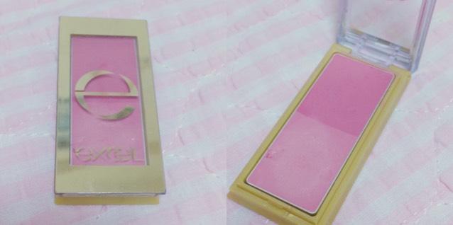 薄いピンクのクリームチークを頬にしこむ。