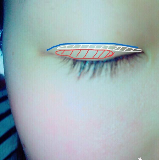 最後強度を上げるため、青いところにアイプチをひと塗りし、15秒くらい乾かしたらプッシャーでゆっくり瞼を折り込みます!