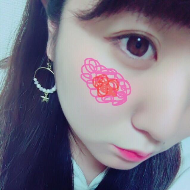 先將「SUGAO 唇頰兩用舒芙蕾」塗在紅色記號處,並用手指畫圓推開,然後換另一根手指,在粉色記號處推散暈染。