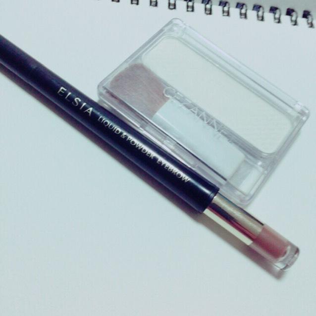 接著使用打亮粉餅與雙頭眉彩筆的眉粉棒端。