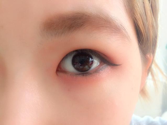 ペンシルライナーの黒で目の粘膜に少しだけインラインを引きます。