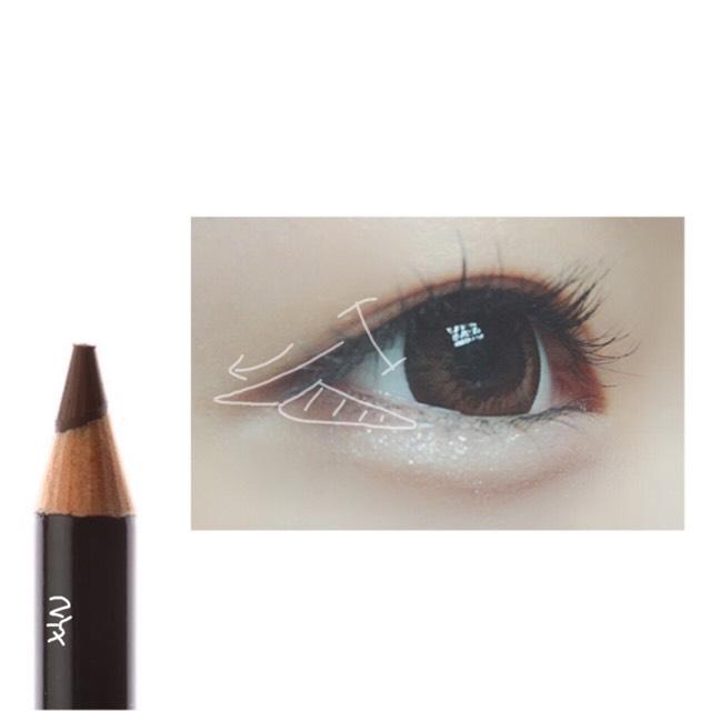 用「NYX 極細亮采眼線筆」的914色畫出眼線。眼線畫到稍微超出眼尾3mm的地方,下眼尾後段1/3也要畫眼線(要有點下垂眼型的感覺)。
