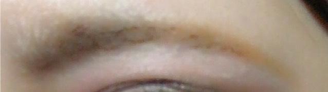 眉毛は細く。