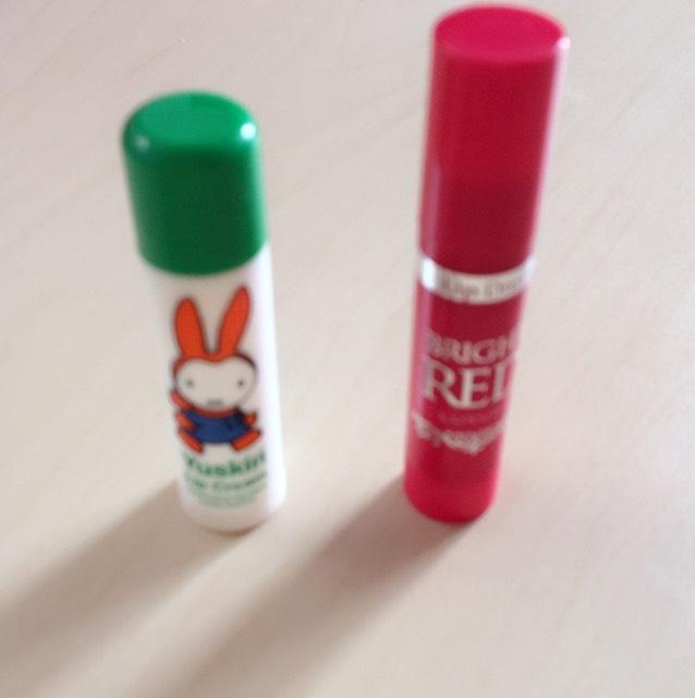 ○リップ○ *ユースキンSの薬用リップをぬります。 *リップドレス赤を全体にぬります。