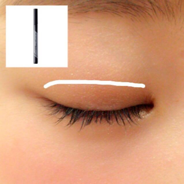 ケイトのダブルラインフェイカーを使って、二重をくっきりさせます! この時、目尻の線を少しのばすと、目が横に大きく見えます!