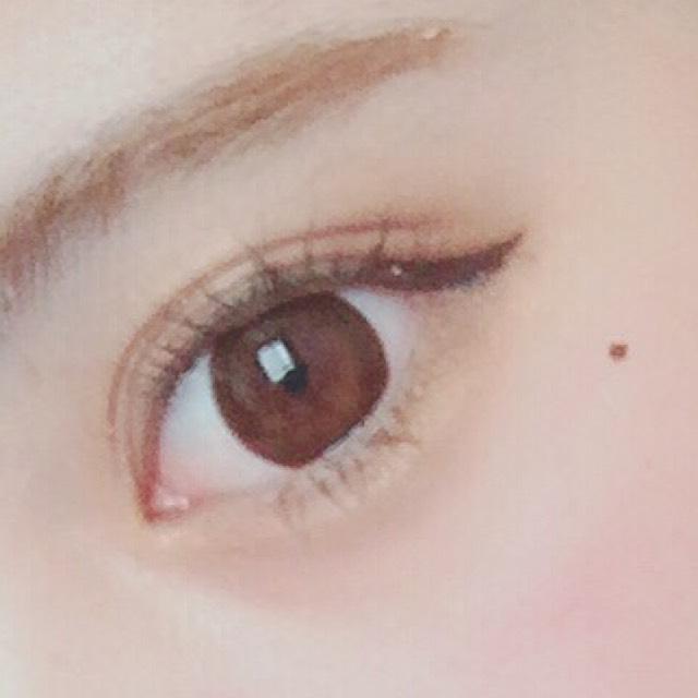使用纖長型的咖啡色睫毛膏,上下睫毛都要塗厚一些。