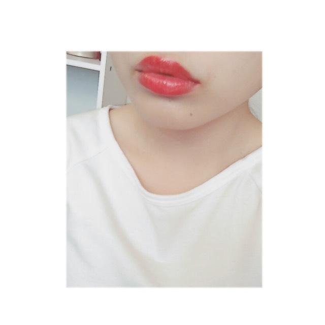 使用紅色的唇膏。