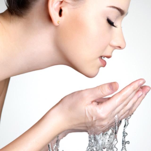 10分後ぬるま湯で洗い流します。  冷水でやると隅々まで油分が取れないので37度くらいのぬるま湯がベストです!!