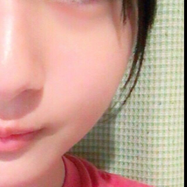 臉部好好保濕後,將乳液與BB霜混合塗在全臉。臉乾燥之後,在黑眼圈與嘴角處塗上單純的BB霜,這樣臉色看起來就會比較好。