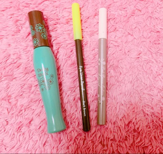 由左而右分別是「Dolly Wink」咖啡色睫毛膏、「大創」眼線筆、「Pink Brown」眼線液筆。