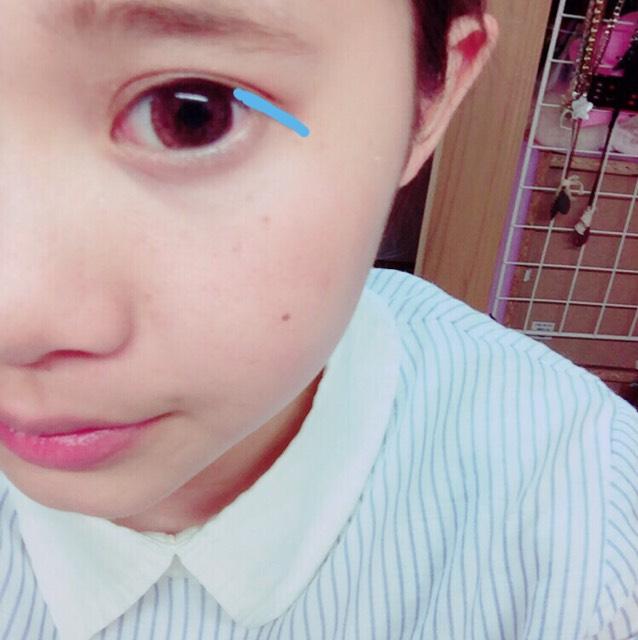 用眼線筆畫黏膜處,只有藍色指示線的部使用眼線液筆。