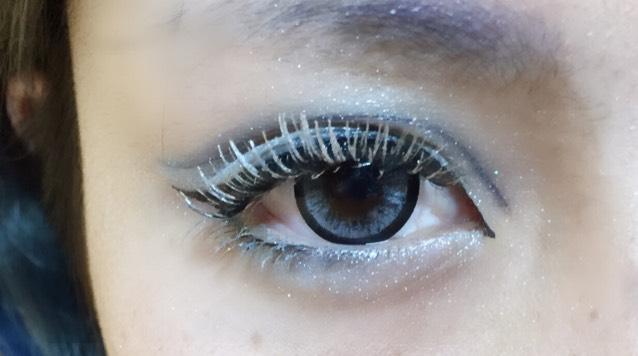 ブルーのグラデーションを作り、目の周りは黒で囲みます