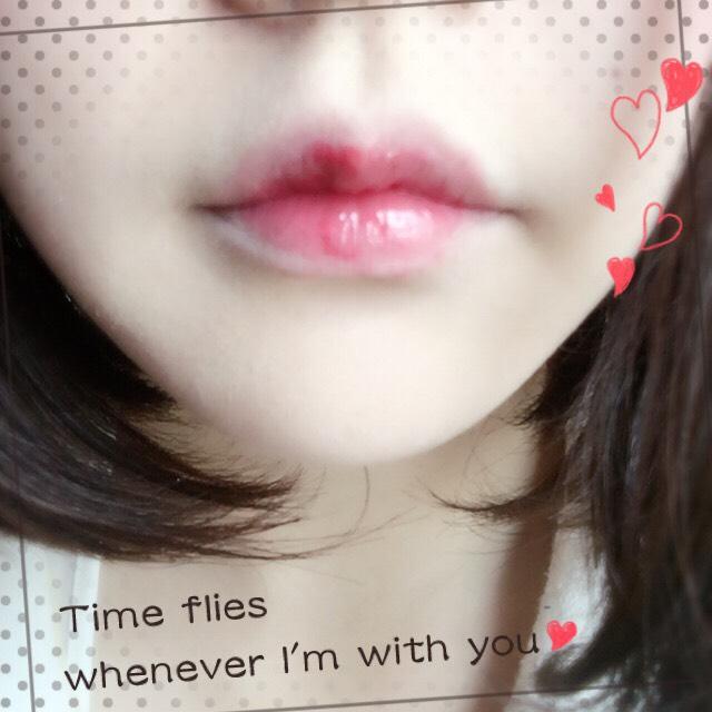 1度目は唇の半分ぐらい、2度目はその半分、3度目は中心部分のみというように、何度か重ね塗ります。どれぐらい重ねるかは気分。気に入った感じになったら完成です!