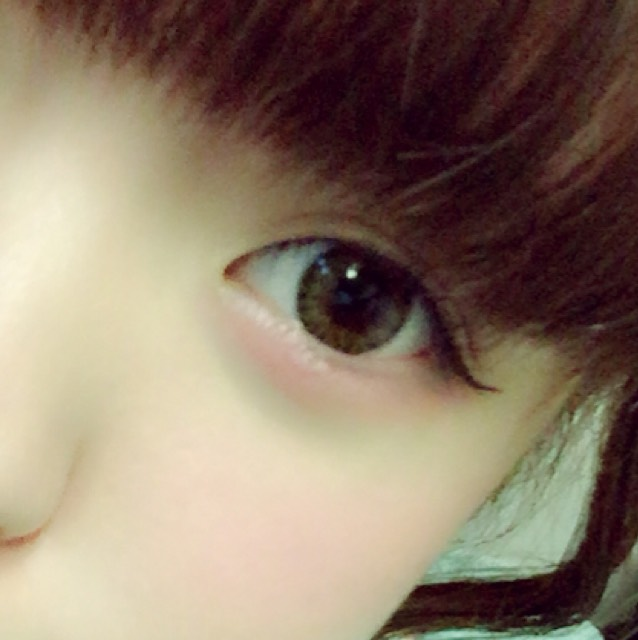 眼線畫超出眼尾3mm左右,眼尾往上拉高(眼線選用咖啡色的話眼神看起來會比較溫柔喔!)。