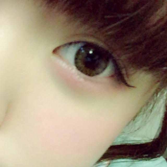 淚袋整個塗上粉色眼影(這時候如果在眼頭處加入一點白色眼影的話,淚袋看起來會更大!)。用睫毛夾徹底夾翹睫毛後再塗上睫毛膏(豐盈型睫毛膏),只塗一次就好。