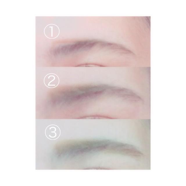 アイブロウペンシル 、パウダーどちらでも使用できます。  ①まず 、上につり上がった眉頭の部分を平行にさせるため書き足します。  ②書き足した部分を馴染むようにぼかします。  ③眉尻部分も平行になるように書き足し、ぼかします。