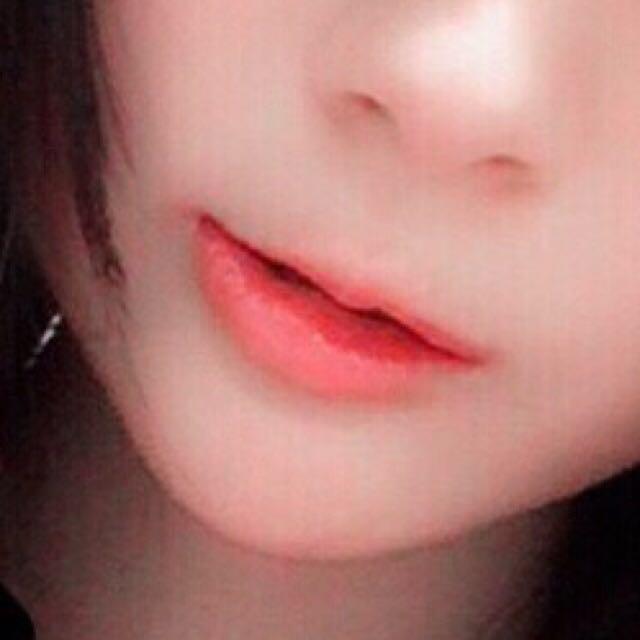 ちふれのリップを唇の中心につけて指でぼかしていきます。 ぼかす時に好みの唇の薄さにして完成です。・*・:≡( 「ε:)ノ