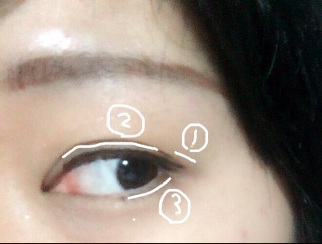 とある動画で見たのですが、アイライナーは先に目尻側で伸ばしたいとこまで伸ばして、それに繋げるようにして引くようにすると失敗が少なくなります。下まつげのアイライナーは瞳の真ん中らへんまで。