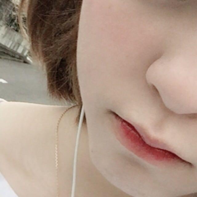 チーク真っ赤なモノを薄く叩いて馴染ませるように塗る (鼻の真ん中から横長に塗る) リップは先にティントを内側に塗って時間が経ったら赤リップを外側に薄く塗り指でぼかす