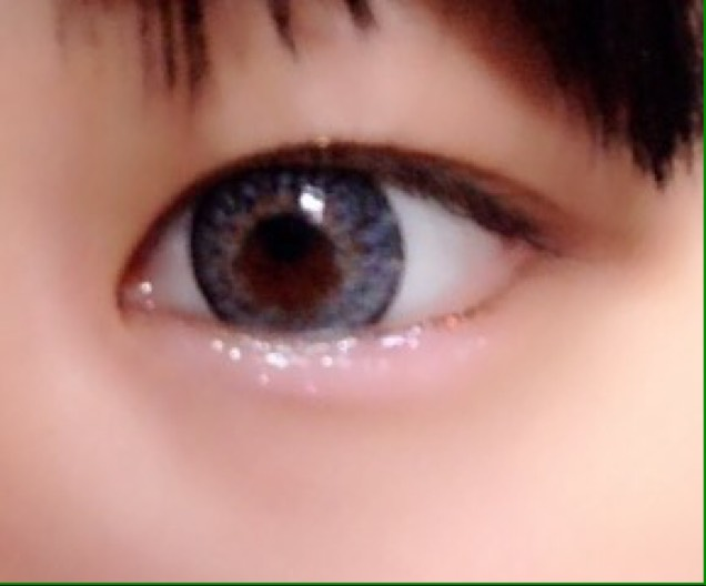 次に、エチュードのティアドロップライナーで 目の下の縁  目頭から2分の1くらいまでひきます