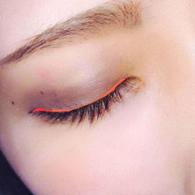 赤い部分は少しだけはね上げ、それ以外はまつ毛の間と粘膜を埋めます