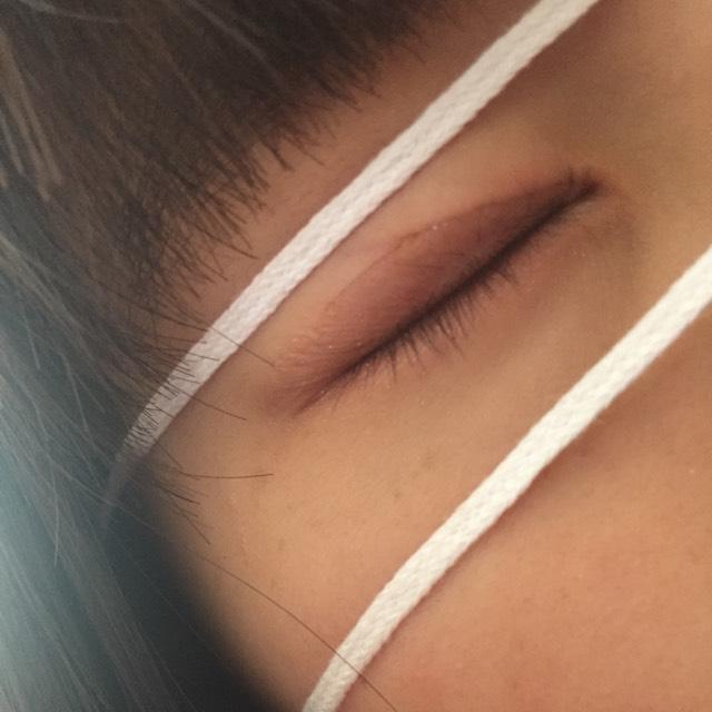 上瞼下瞼両方にマジョリカマジョルカのアイシャドウを塗りたくる
