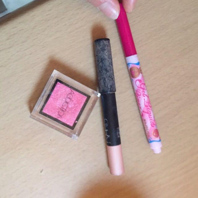 アイブロウ完了後、シャドウはこの3つを使ってピンク!ピンク! 下まぶたは広めに広げました。(ブラウンのアイライナーでインラインも引いてます。)