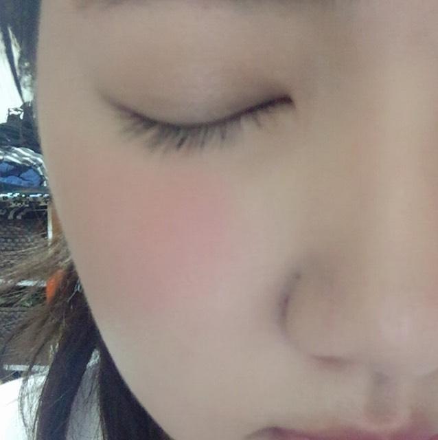 アイベースを塗ったら、addictionのザアイシャドウのprivatebeachのカラーを瞼全体にぬります。