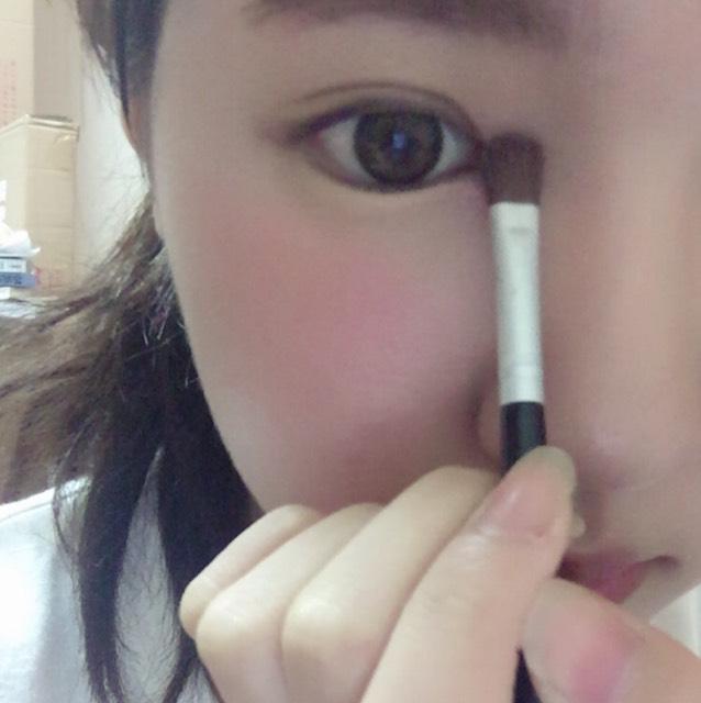 目頭に左手から2番目の薄いカラーをハイライトとして塗ります。