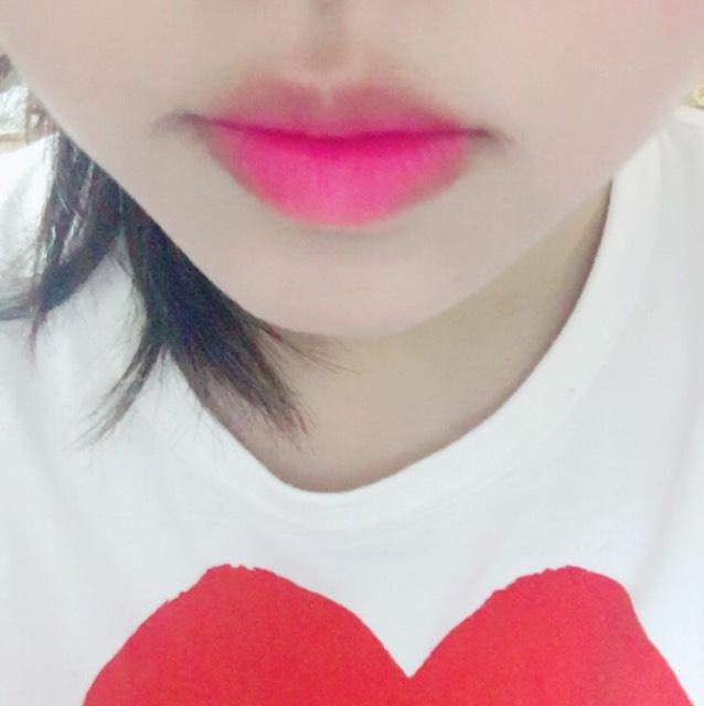はじめに薄い方のカラーを唇の中央にぬり外側にぼかします。濃い方のカラーを唇の重なる部分にぬり完成です!