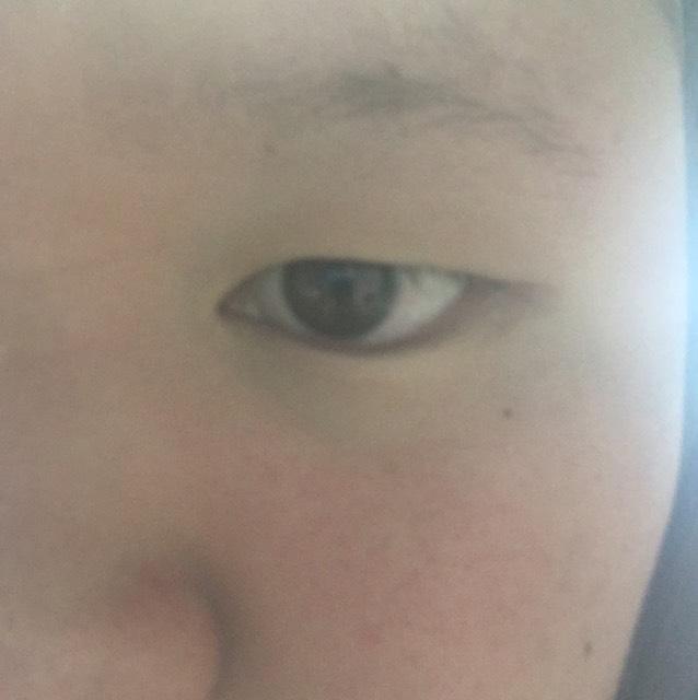 まずすっぴんの目 腫れぼったくて皮膚ものびのびです。