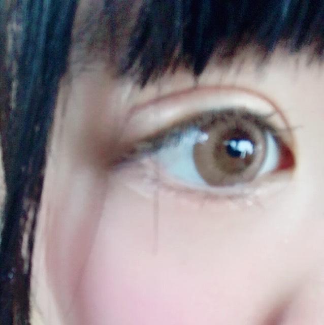 一番のポイントです! 色素を薄くするためにヘビーローテーションの眉マスカラでまつげを塗ります!!! 市販にはないような薄さなのであっという間に色素薄めになれますっ