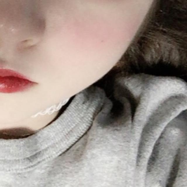 橫向畫出腮紅,高度在鼻子中心的位置,用手指邊塗邊輕拍服貼。