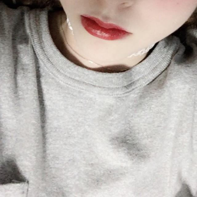 只在嘴唇內側塗上染唇蜜,並用手指塗抹均勻。接著將紅色系的唇蜜塗在嘴唇內側,抿抿嘴使顏色均勻。