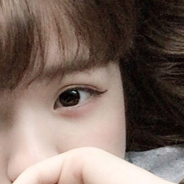 從黑眼珠的中央位置開始畫眼線,眼尾處誇張地往上翹(眼線使用咖啡色的產品能讓眼神看起來更溫柔!)。眼睫毛不要夾翹,直接刷上睫毛膏(刷一次即可)。