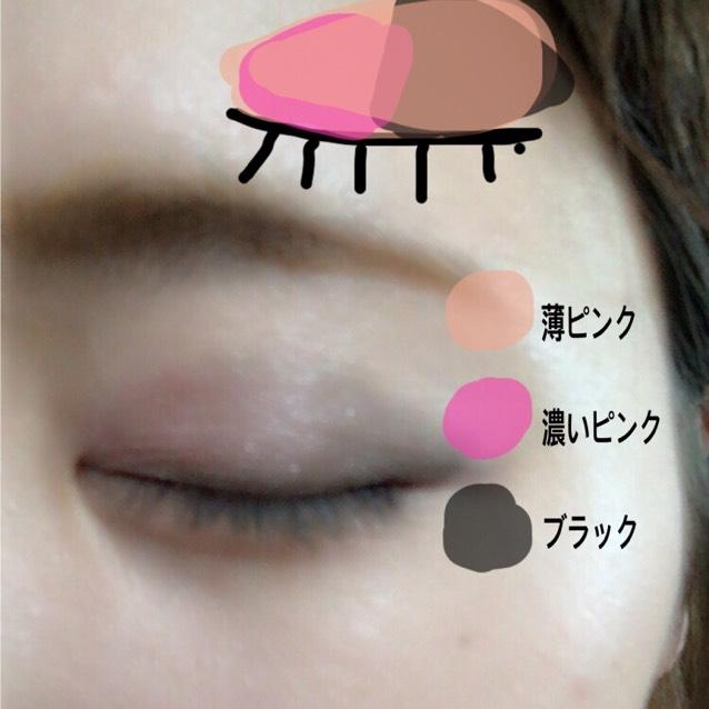 眉は平行眉を書きます!シャドウは薄ピンクをアイホールにいれ、ブラックを黒目上から目尻までいれ、目頭から黒目上まで濃いピンクをいれます。そのあとまた薄ピンクをのせてなじませます。