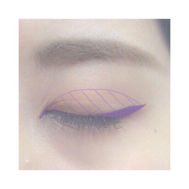 目尻に少し太めに平行四辺形を意識して引き、目頭に少し切開ラインを入れる