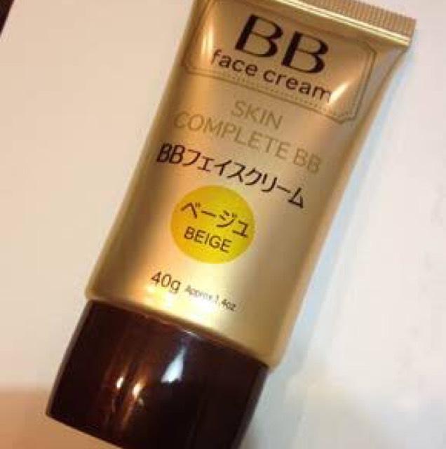 用海綿將「SKIN COMPLETE BB」的膚色BB霜均勻塗抹於全臉。