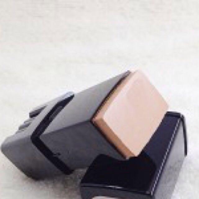 使用「Ever Bilena」的一般膚色粉條遮蓋黑眼圈。
