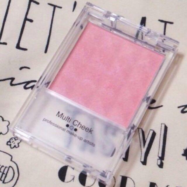 隨性地刷上「Ellefar」的「Multi Cheek」粉色腮紅。