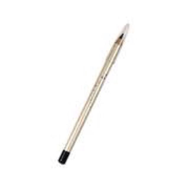 「AC」的黑色眼線筆只畫內眼線跟眼尾的部分。