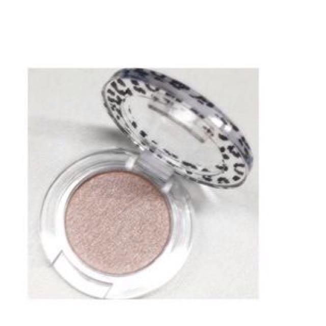 在淚袋上刷上「Mio Piccolo豹纹珠光眼影」的純淨粉色(pure pink),並用刷子刷勻。請注意,塗太多的話會太閃亮!