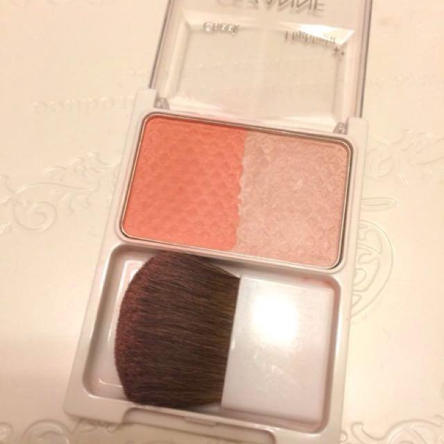 使用「CEZANNE 腮紅與打亮修容2色組」的珊瑚粉色,橫刷在比平常更高的位置,顏色也比平常刷得更濃一點。橘色調的腮紅有夏天的味道!