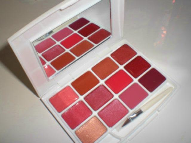 先塗上「LOUJENE」12色唇彩盤中最上面一排左邊數來第2個裸色調橘色唇彩,接著用相鄰的色彩重疊混合。使用不同於以往的橘色唇色,一口氣呈現夏季氣息!