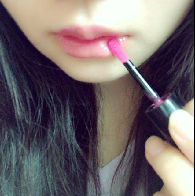 唇は、 ヴィセのティントを 使用します。  ベタべタしないのに ツヤツヤして 発色もいいです。