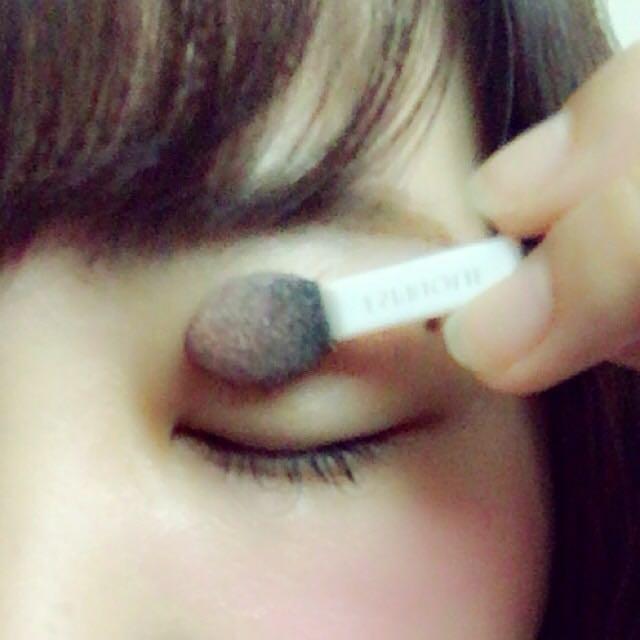 這次使用的是「ESPRIQUE」的眼影,咖啡色系相當自然。也因為是夏季,所以我在眼尾加入了粉色系,讓眼睛看起來更大更可愛^^